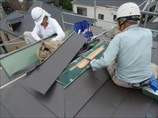 その後にカラー鋼板で屋根を葺いていきます。