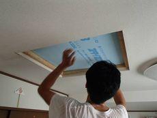 撤去した天窓の室内側を塞いでいます。