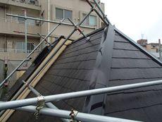 屋根は急勾配のため専用の足場を設置しました。