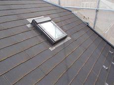 施工前の屋根です。汚れなどが溜まっています。