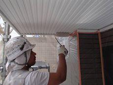 軒天も綺麗に塗装していきます。