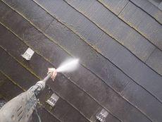汚れていた屋根は高圧洗浄で綺麗にしていきます。