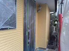外壁の中塗り作業です。丁寧に行っていきます。