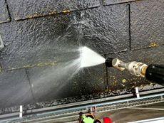 屋根を高圧水で洗浄します。