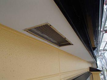 白い軒天が天井に開放感を与えています。