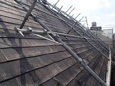屋根はかなりの急勾配。作業がたいへんです。