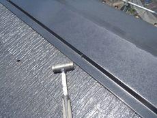 屋根の補修作業です。棟板の釘が飛び出ていたので打ち込んでいます。