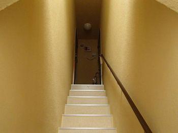 階段室は新築のような雰囲気です。