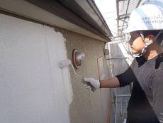 外壁の下塗り作業です。丁寧に行います。