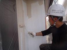 外壁の中塗り作業です。この後、同じ塗料で重ね塗り(上塗り)を行います。