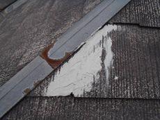 ひび割れていた屋根の補修作業です。