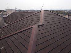屋根は古くなった傷みや汚れが見られます。