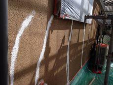 施工開始です。外壁のクラック補修を行います。