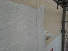 外壁の中塗り作業です。この後さらに上塗りを行います。