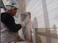 外壁の下塗りを行っています。