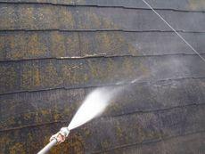 屋根のコケも高圧洗浄できれいに洗い流して行きます。
