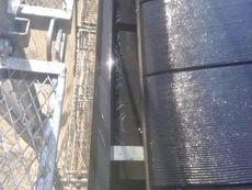 汚れを落とすために高圧洗浄していきます。もちろん雨樋の中もきれいに流していきます。