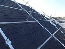屋根は急勾配のため専用の屋根足場を設置しました。