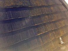 屋根に付いている汚れやコケを高圧洗浄で綺麗に洗い流します。