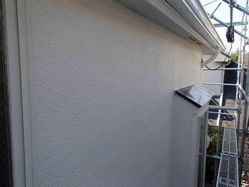 側面・裏面の外壁は汚れ付着防止を重視して全ツヤにしました。