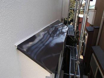 出窓屋根は焦げ茶で塗装。ピカピカです。