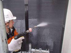 汚れをしっかり落としてから塗装作業に入ります。