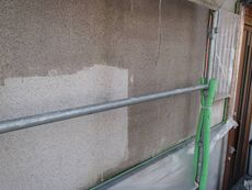 外壁の下塗りの様子です。透明な「シーラー」という下塗り剤を塗っています。