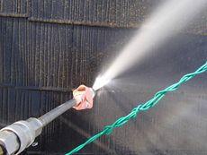 高圧洗浄することで塗りやすく、塗料の効果が長持ちすることを狙います。