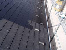 下塗りに入ります。セメダインを溶かしたような材料で下地(屋根材)と上塗り剤の密着性を高めます。