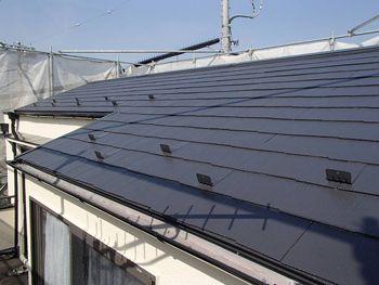 屋根も落ち着いた色に仕上がっており、遮熱効果も期待できます。
