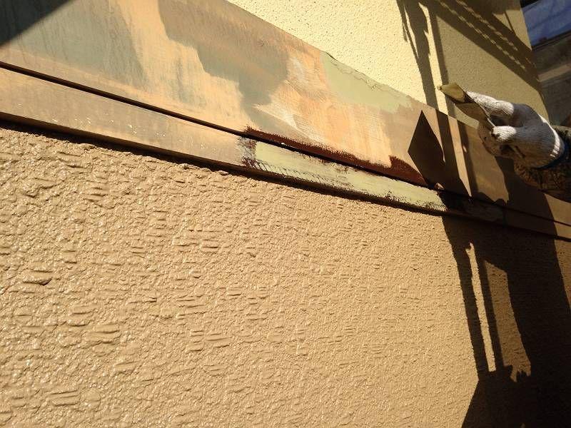 帯板下地処理の様子です。下地が整っていないといくら重ね塗りしても直ぐに剥がれてしまいます。
