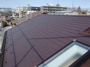 屋根は落ち着いた色に仕上がっています。「ココナッツブラウン」という色を選ばれました。