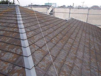 施工前の屋根は傷み、汚れがひどく、早急な施工が必要でした。