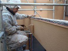 中塗り・上塗りと重ねることにより丈夫で長持ちする塗膜を形成します。