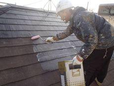 屋根の下塗り作業の様子です。