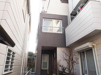 施工後の外観です。外壁の色をがらりと変えたことでまったく違うお家であるかのようです。