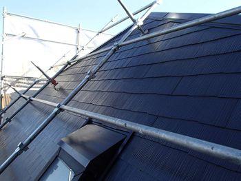 こちらは急勾配面の屋根です。専用の足場がないと作業は行えません。