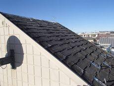 屋上の塔屋にはシングル屋根が葺いてありました。乾ききって反りが激しい状態です。
