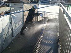 塗装の前には汚れを落とすために洗浄作業も行っています。