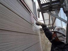 塗装開始です。外壁の下塗りを行います。