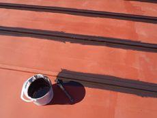 屋根の下塗りは錆止め剤を塗りました。