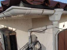 瓦の大屋根は塗りませんが雨樋はもちろん塗ります。