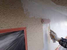 外壁の塗装中です。下塗りを行います。