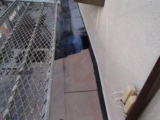 トタン製の下屋根も丁寧に塗装を行っていきます。