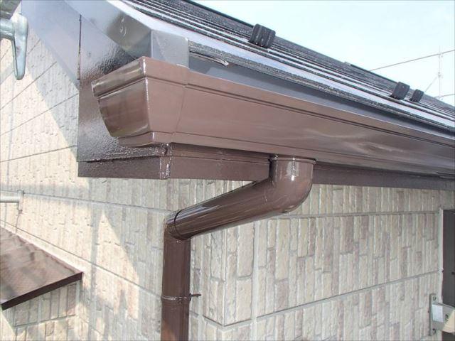 こげ茶色で塗られた雨樋は新品以上に輝いています。