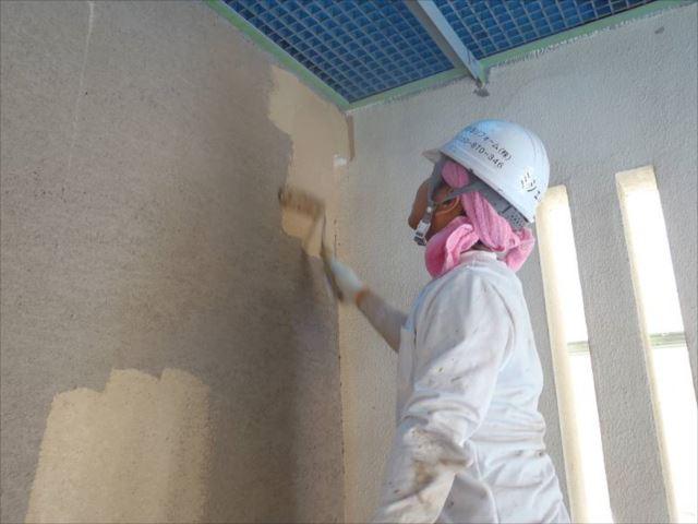 外壁塗装の中塗り中です。艶消し塗料の「アートフレッシュ」を使用しています。