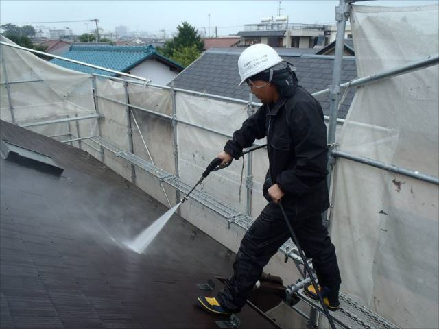 屋根の汚れを高圧洗浄で綺麗に洗い流します。