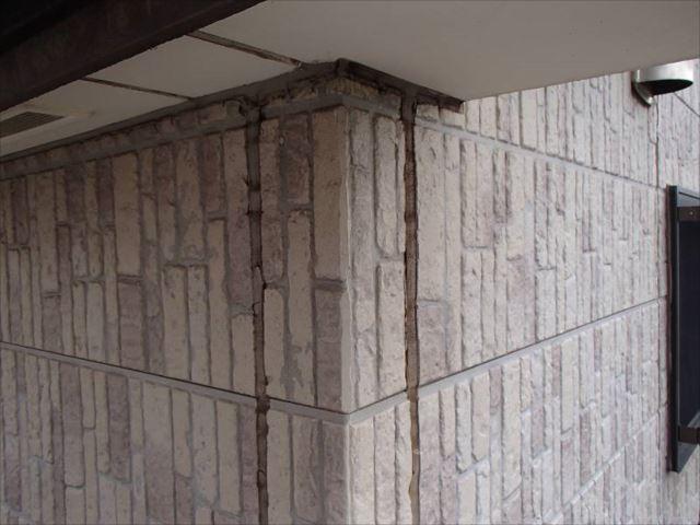 施工前の外壁です。板間目地のシールが劣化しています。