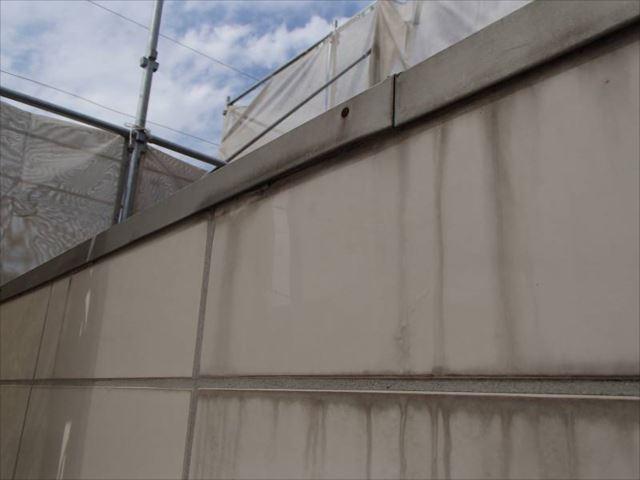 清掃前のタイル外壁です。雨染みが目立ち、表面の光沢は失われています。
