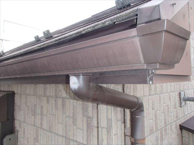 雨樋も経年劣化により色褪せが目立っています。